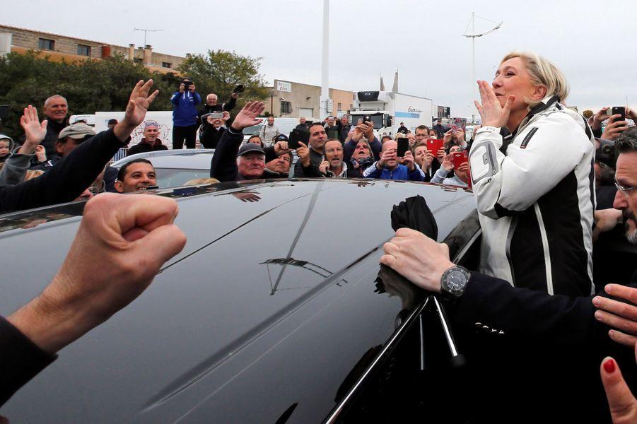Marine Le Pen a été accueillie au port du Grau-du-Roi (Gard) par une centaine de sympathisants.