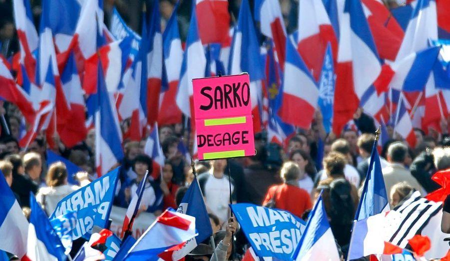"""Malgré les appels à l'électorat du Front national, Nicolas Sarkozy et François Hollande ont été renvoyés dos à dos par Marine Le Pen qui a dénoncé le """"système UMPS"""". Elle a réservé ses attaques les plus virulentes à Nicolas Sarkozy, auquel elle reproche de """"tenter désespérément de sauver sa réélection"""" enreprenant ouvertement des thèmes et idées du FN. """"Il y a là une escroquerie suprême que les Français ne peuvent ignorer"""", a-t-elle dit, fustigeant le refus du président sortant d'appeler à voter pour un candidat """"mariniste"""" en cas de duels entre le FN et la gauche au second tour des législatives."""
