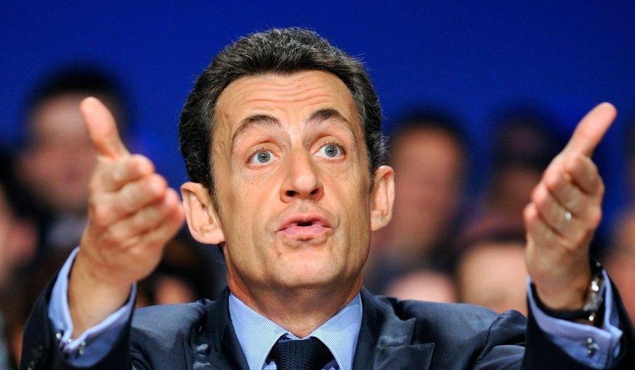 """Lors de son déplacement dans le Val-de-Marne mardi, Nicolas Sarkozy a prôné le développement de la vidéosurveillance et la mobilisation du fisc contre les trafiquants de drogue. A cette table ronde organisée au Perreux, le président a souligné le retard """"énorme"""" de la France sur la Grande-Bretagne. Quant à la lutte contre le trafic de drogue et l'économie souterraine dans les cités, le chef de l'Etat a insisté sur la nécessité d'une assistance du fisc aux policiers et magistrats. """"Tous ceux qu'on ne prendra pas sur le fait, on les prendra par les éléments de train de vie (...) les voitures, les montres, a-t-il poursuivi. Les Porsche et les belles voitures qu'on voit dans les cités avec des gens qui commencent à émerger à cinq heures de l'après-midi, s'il n'y a pas d'explication on prend et on vend (...) C'est la première fois que cela se fait dans notre pays et j'en attends beaucoup de résultats."""""""