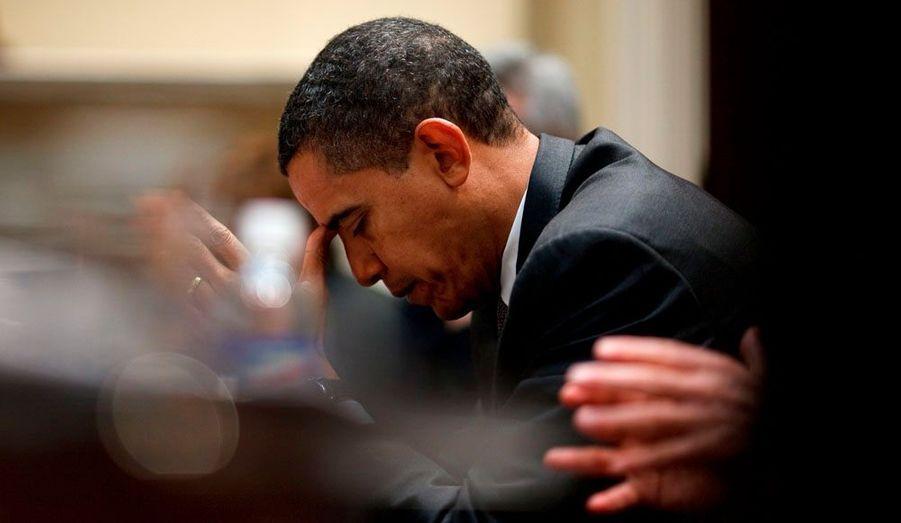 Le reflet du président photographié dans un miroir pendant une réunion tendue sur le budget à la Maison Blanche, le 29 janvier 2009. Pete Souza est parfois obligé d'utiliser des moyens détournés pour capter l'image du président à l'instant où il relâche le contrôle permanent qu'il exerce sur lui-même, laissant poindre sa fatigue ou son inquiétude.