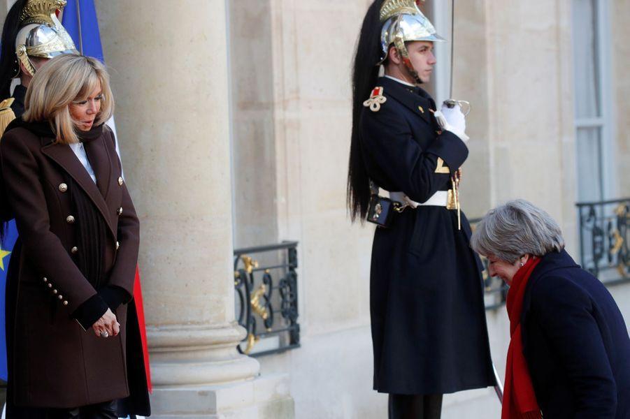 Brigitte Macron accueilleTheresa May à l'Elysée.