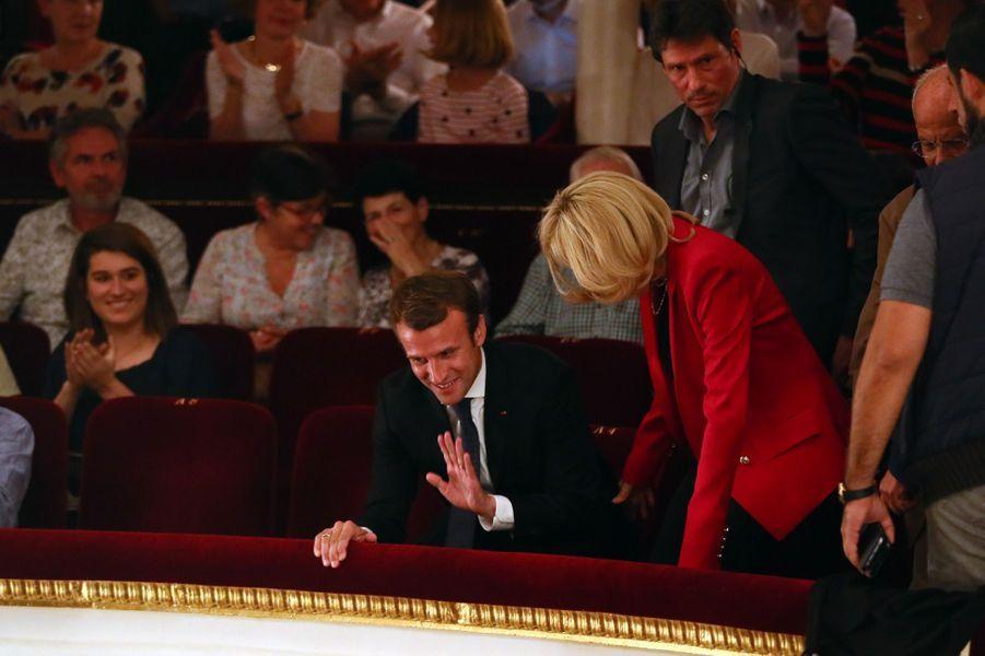 Emmanuel Macron et son épouse Brigitte au théâtre de la Porte Saint-Martin pourvoir «Le Tartuffe», samedi 14 octobre.