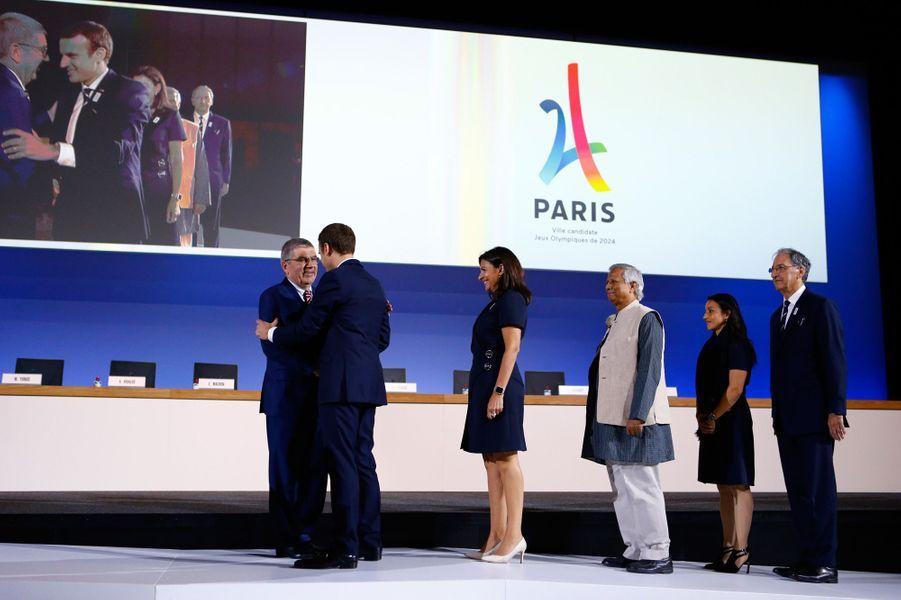 Le président du CIO Thomas Bach accueille le président français Emmanuel Macron et la délégation de Paris.