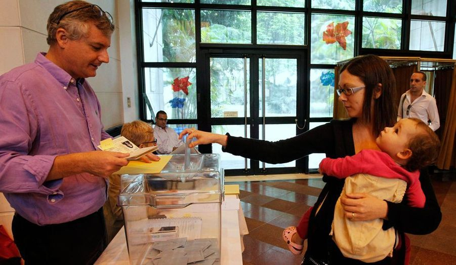 Une jeune femme vote à Hanoi, au Vietnam.