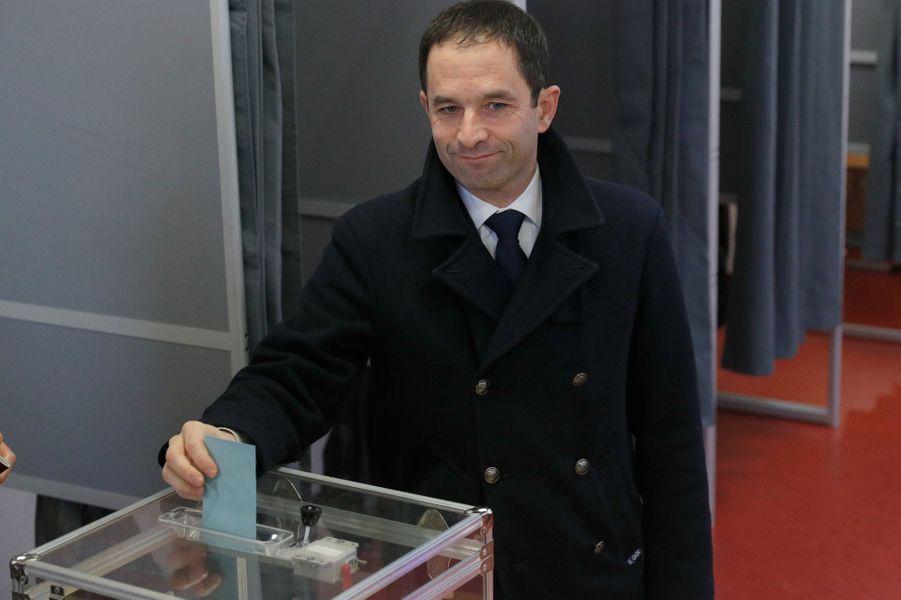 Benoît Hamon a voté à Trappes dimanche matin.