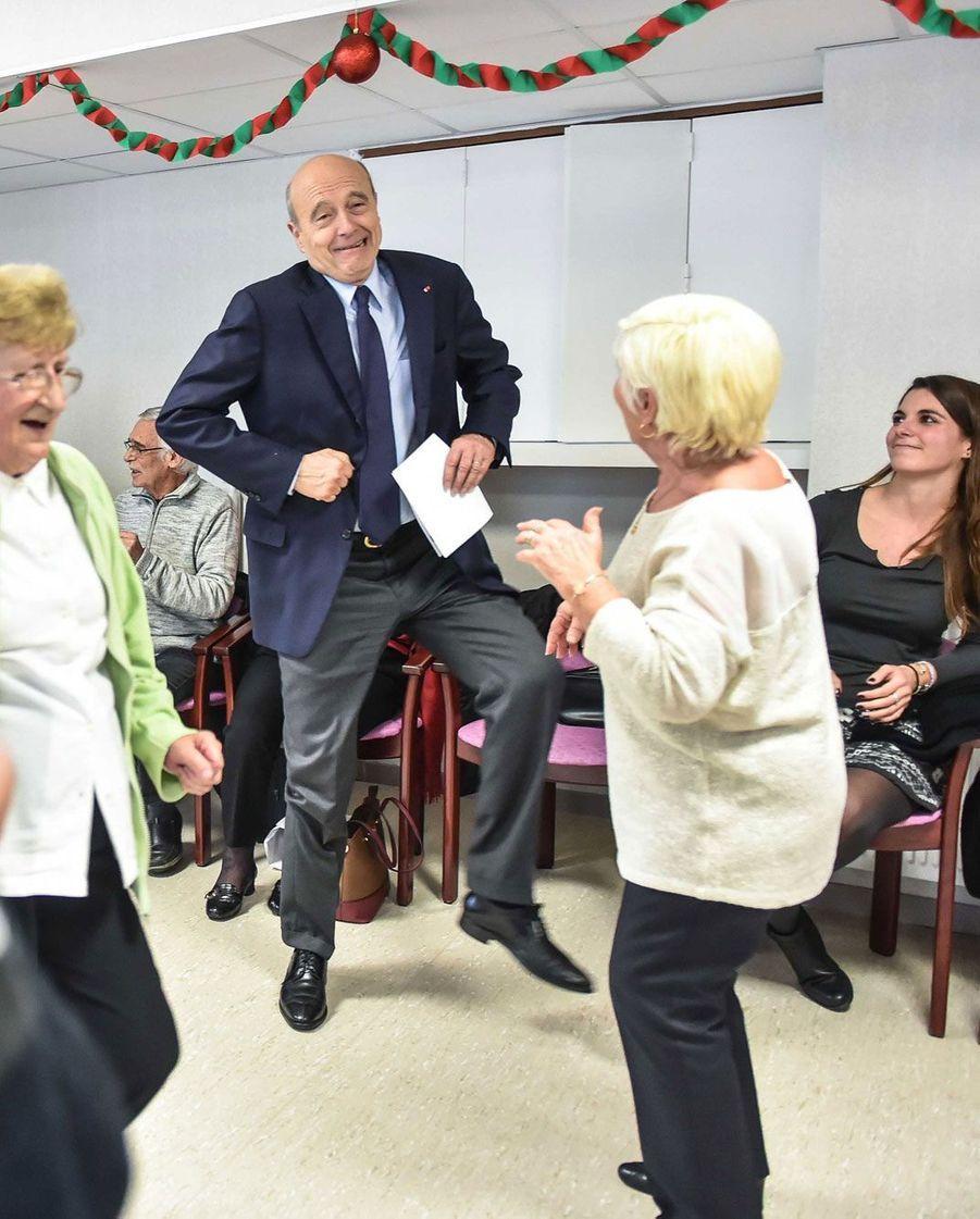 Alain Juppé danse avec des personnes âgées, en janvier