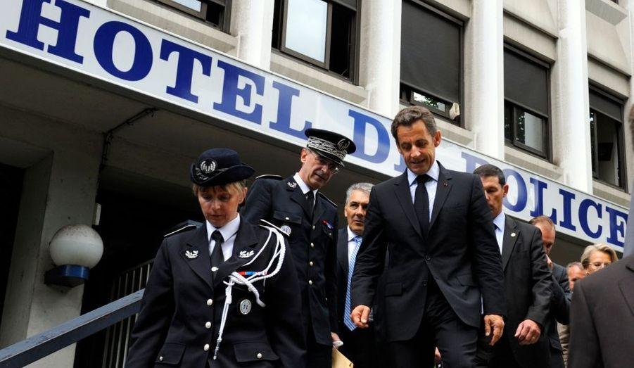 Le 30 juillet, lors d'un discours à Grenoble, faisant suite à un fait divers, Nicolas Sarkozy lie criminalité et immigration. Ses sympathisants saluent ce virage à droite, ses opposants le dénonce vivement.