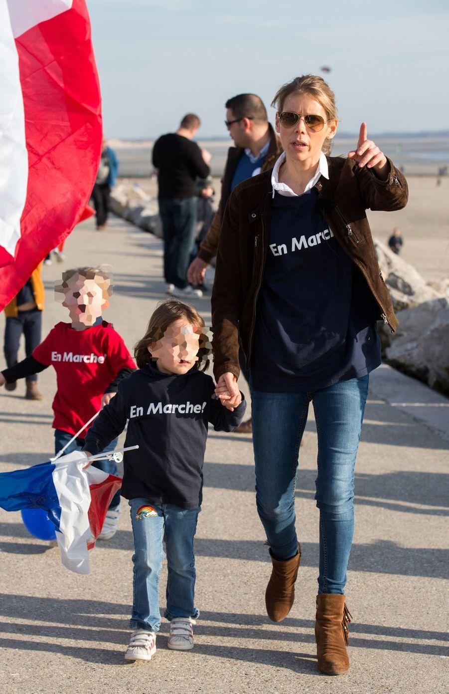 Tiphaine Auzière et ses enfantslors d'un rassemblement à Berck-sur-mer, le 11 mars.