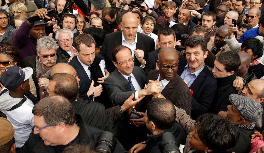 """François Hollande, chaleureusement accueilli aux Ulis, dans l'Essonne. Le candidat socialiste a effectué plusieurs déplacements en banlieue ce samedi, déclarant qu'il y avait """"plus de passion et plus de volonté de changement"""" dans ces quartiers populaires qu'ailleurs."""