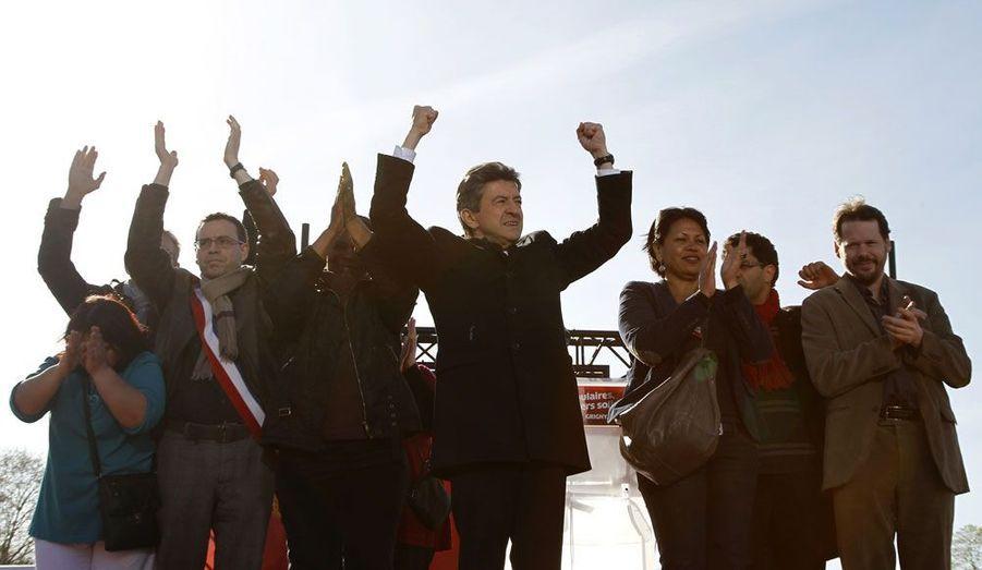 A Grigny, dans l'Essonne, Jean-Luc Mélenchon s'est adressé dimanche à la France des banlieues dans un plaidoyer contre l'abstention. «Ne permettez pas que nos quartiers, nos banlieues soient (un) désert politique», a lancé le candidat du Front de gauche. «Si vous faites les moutons, vous serez tondus (...) si vous ne faites pas de politique, la politique s'occupera de vous, vous pouvez en être assurés», a-t-il ajouté.
