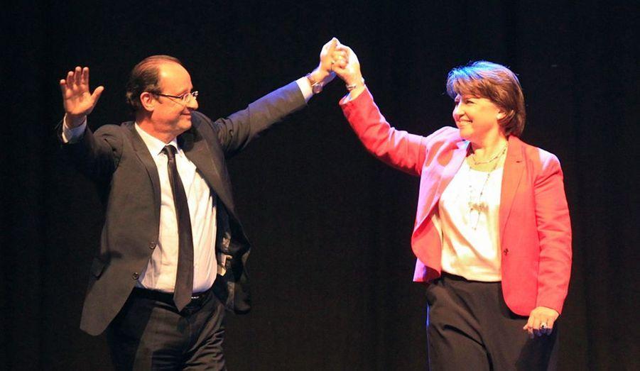 François Hollande et Martine Aubry sont montés sur scène ensemble à Lille, lors d'un meeting du candidat socialiste dans la ville de sa rivale lors de la primaire socialiste. Potentielle future Premier ministre, Martine Aubry a tressé des louanges à son ancien adversaire.«Je sais que François nous écoute alors je voudrais m'adresser à lui. Je voudrais te dire combien ta détermination, ta force tranquille, ta dignité nous rendent tous fiers d'être socialistes, d'être de gauche», a-t-elle déclaré.