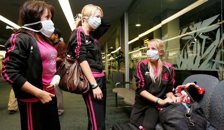 Des pom-pom girls sont bloquées en quarantaine à l'aéroport d'Auckland en Nouvelle-Zélande, où neuf lycéens et un enseignant pourraient être atteints de la grippe porcine et où les autorités tentent de retrouver les passagers du vol qui ramenait ce groupe scolaire du Mexique.