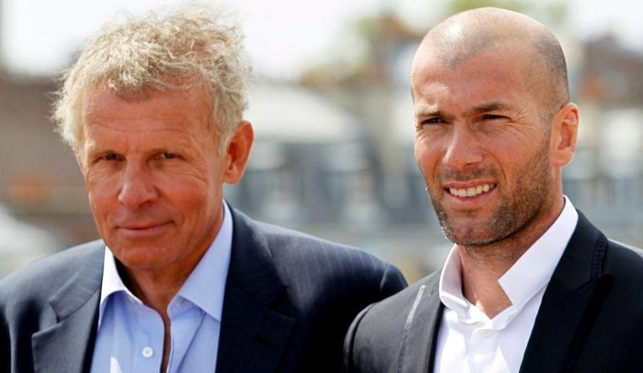 Patrick Poivre d'Arvor et Zinedine Zidane vont co-animer un journal télévisé décalé sur la chaîne i>Télé. L'occasion de faire connaître et reconnaître les maladies génétiques.