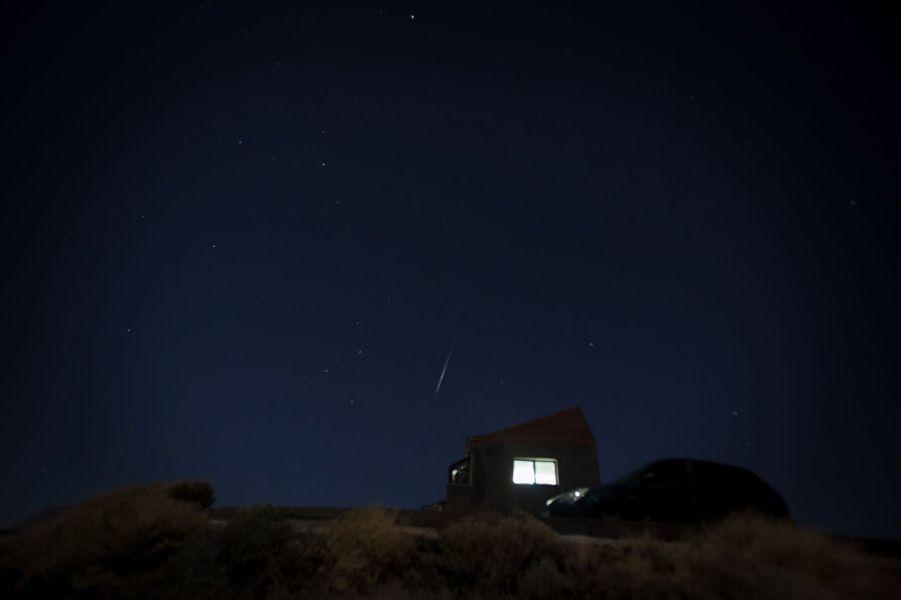 Les étoiles filantes des Géminides, prises dans leParc national du Teide en Espagne