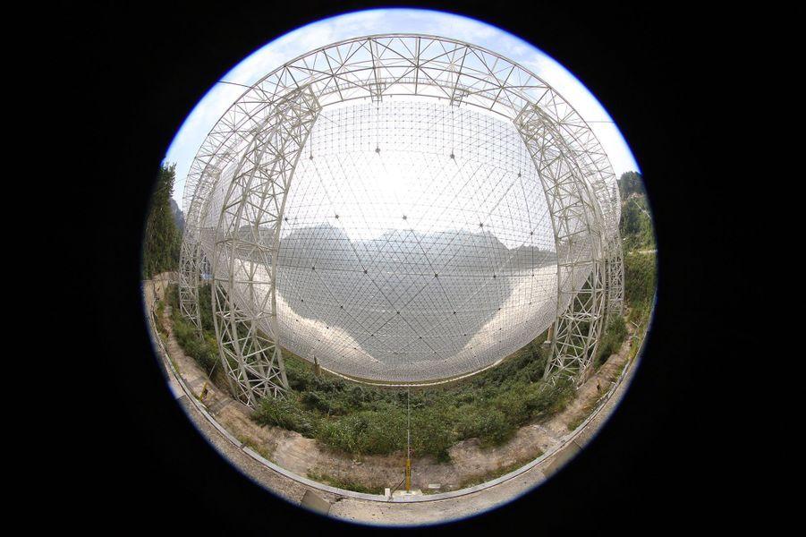 Le radiotélescope a une surface équivalente à celle de 30 terrains de football
