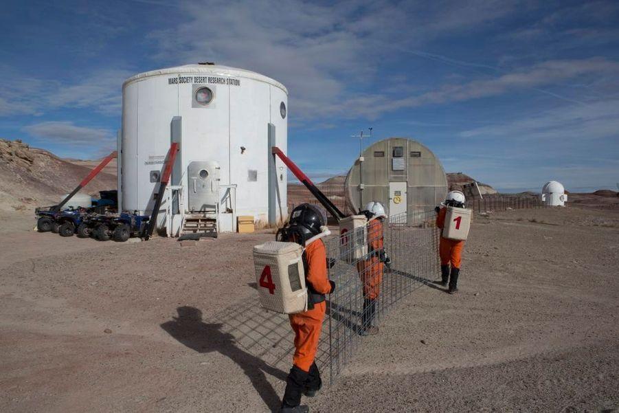 Construction d'un tunnel pressurisé pour relier la station (le gros cylindre blanc) à l'observatoire, au fond, à droite.
