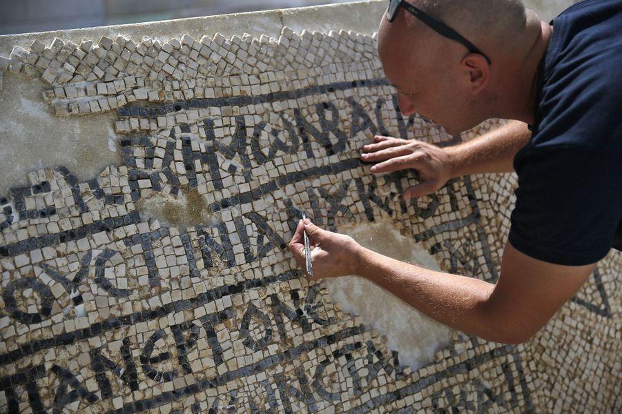 Un archéologue devant lamosaïque vieille de 15 siècles, à Jérusalem