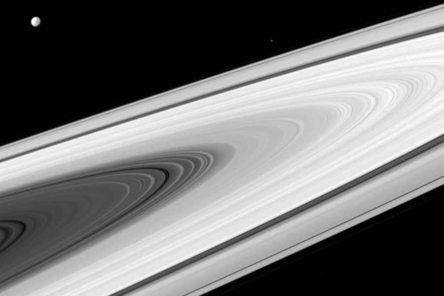 Vue large des anneaux de Saturne