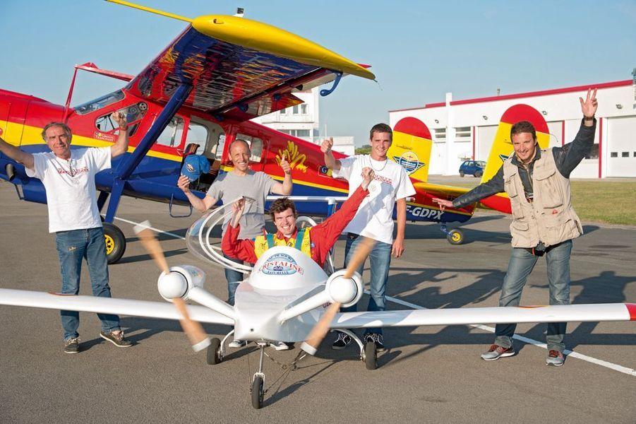 Après le vol, derrière le commandant Hugues Duval, son équipe Yankee Delta: de g. à dr., Robert Laurent, Cédric Malhaire, Johan Rabin et Alexandre Paringaux.