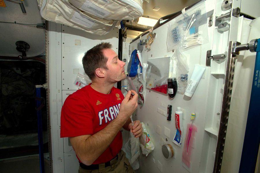 Se raser dans l'espace n'est pas une mince affaire