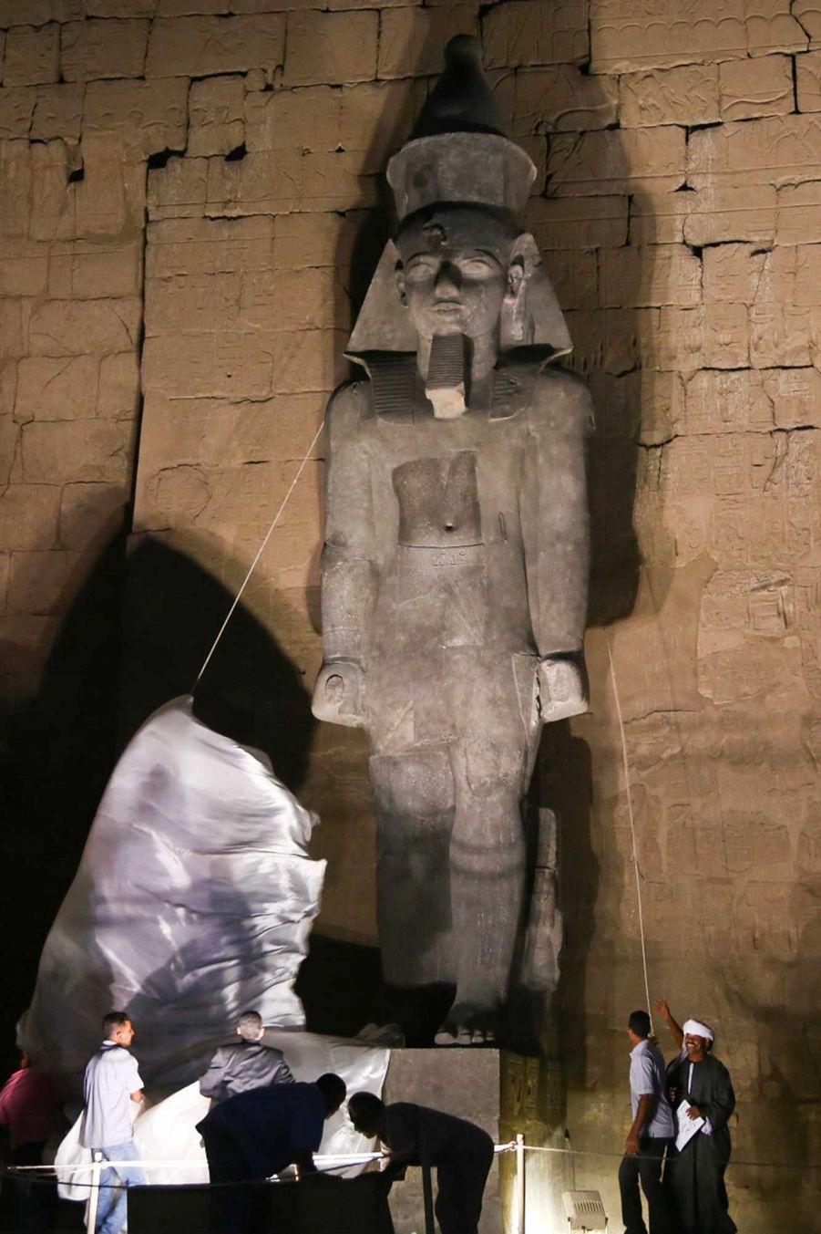 Le colosse de Ramsès II dévoilé mercredi à Louxor (Egypte).