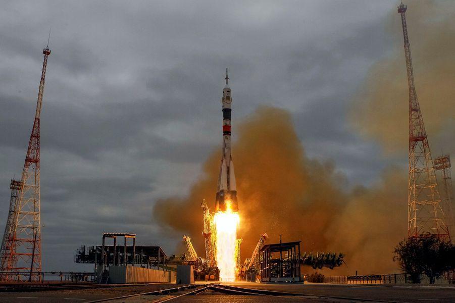 Deux cosmonautes russes et un astronaute américain étaient en route mercredi pour la Station spatiale internationaleaprès avoir décollé depuis les steppes du Kazakhstan à bord d'une fusée Soyouz.