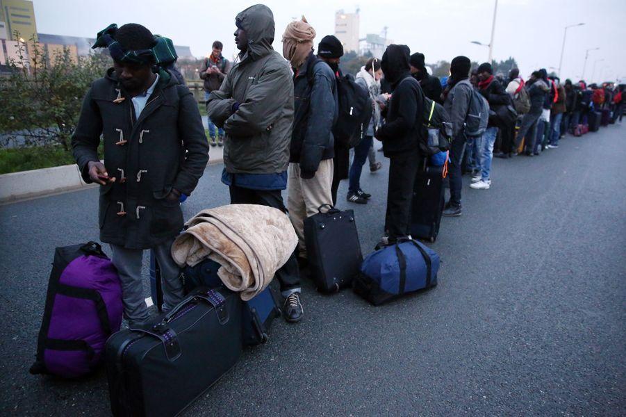 A Calais, les migrants évacués dans le calme