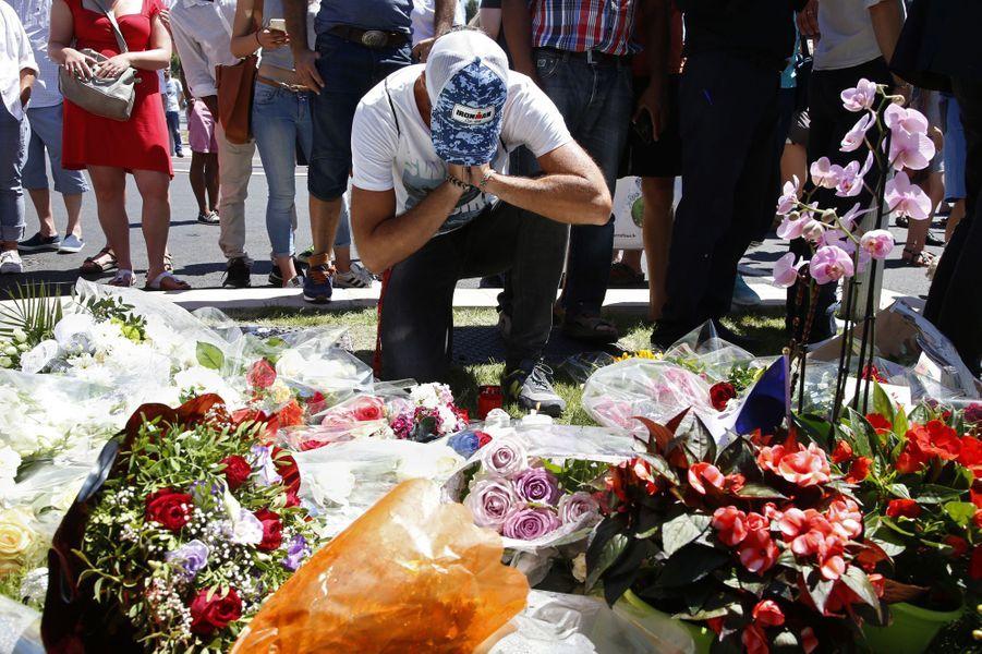 A Nice, des fleurs pour les victimes de l'attentat qui a fait au moins 84 morts.