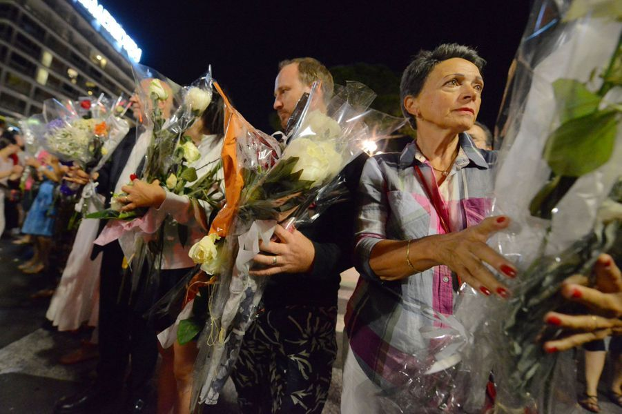 À Nice, une chaîne humaine déplace fleurs et bougies