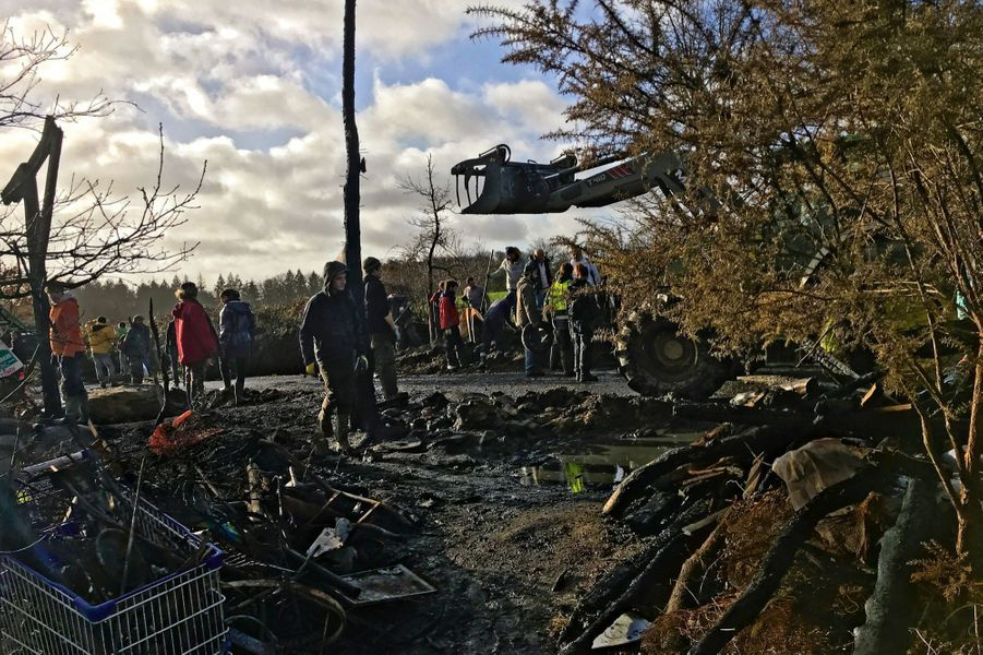 Le 22 janvier au matin, habitants, occupants et bénévoles déblaient la fameuse D281 qui traverse la Zad. A l'emplacement du mât calciné s'élevait une imposante tour de guet, « Bison futé ».