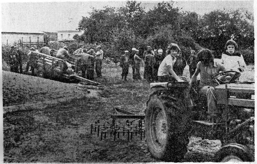 En 1974, lors d'une manifestation des membres de l'Adeca, l'Association de défense des exploitants concernés par l'aéroport. Sur le tracteur, Régis et Dominique Fresneau, les fils d'Alphonse.