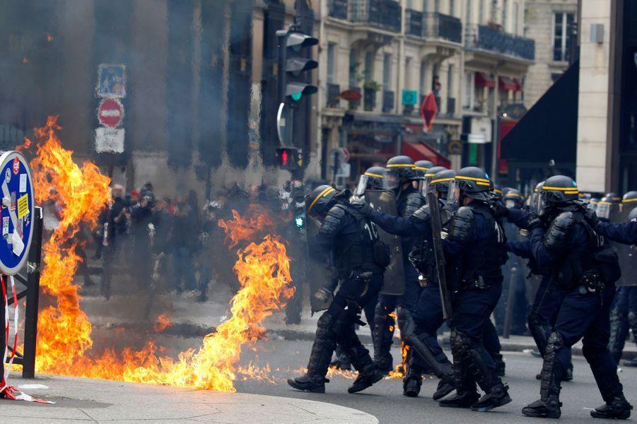 Heurts en marge de la manifestation à Paris, le 1er mai 2017.