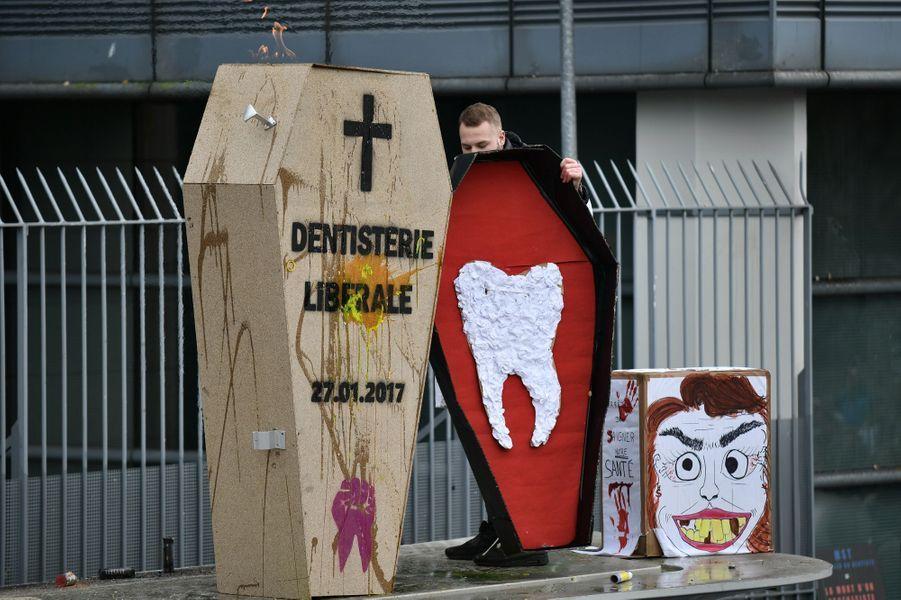 Manifestation de dentistesdevant le siège de l'Assurance maladie àParis, le 27 janvier 2017.