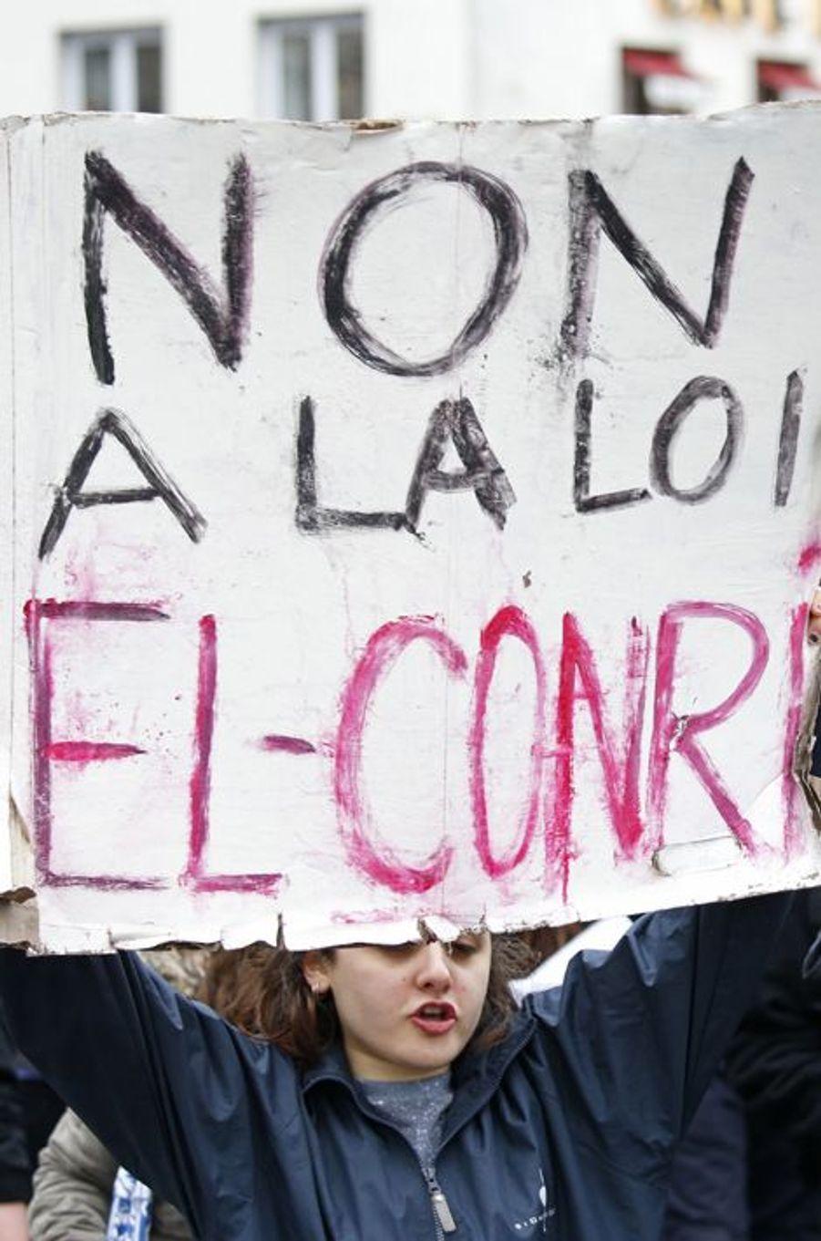 A Paris, les jeunes dans la rue contre la loi travail