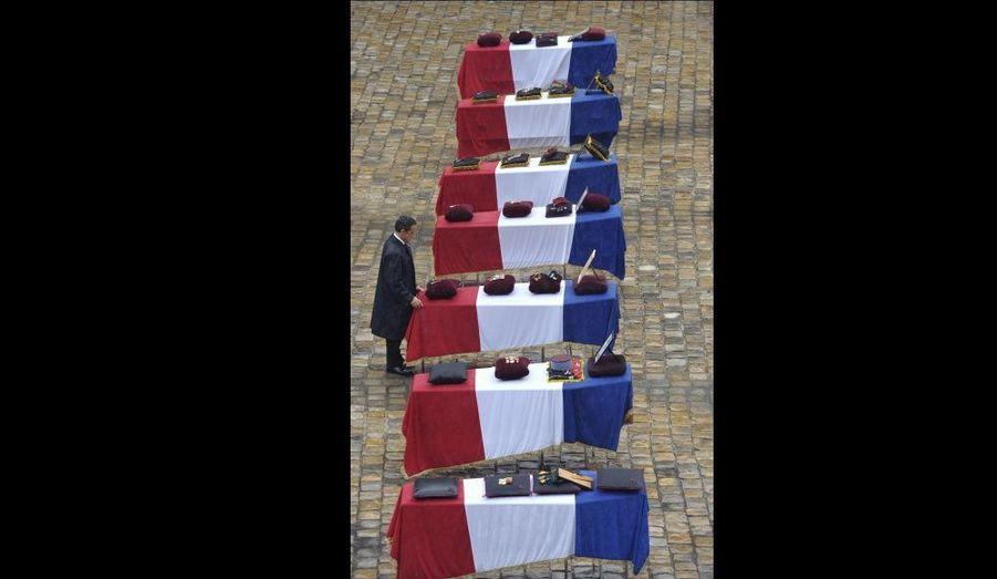 Après avoir passé les troupes en revue, Nicolas Sarkozy a décoré à titre posthume les soldats de la Légion d'honneur et s'est de nouveau recueilli devant les dépouilles.