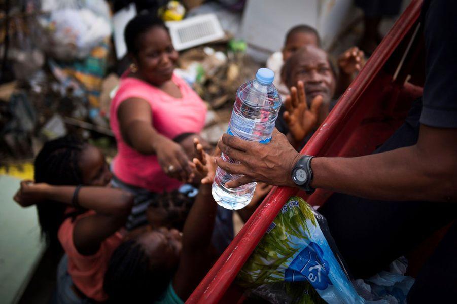 Les pompiers distribuent de l'eau à Marigot, à Saint-Martin, dimanche.