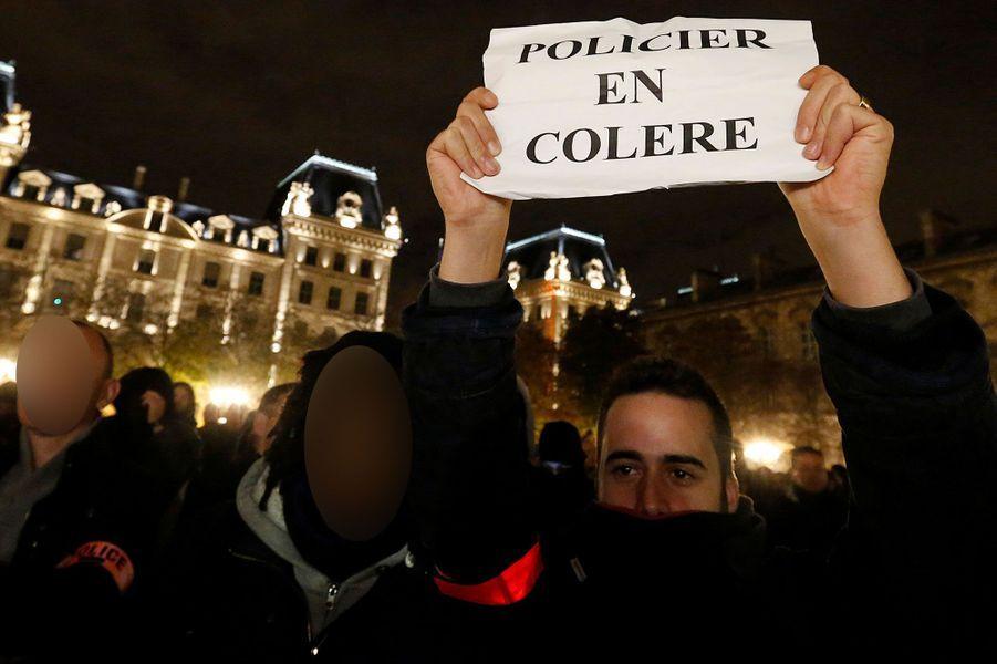 Des centaines de policiers ont défilé à Paris vendredi soir