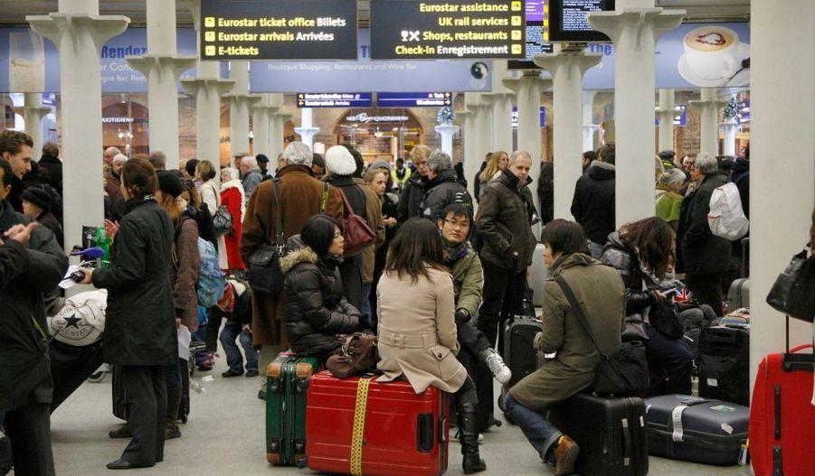 Les Eurostar ne circuleront pas lundi. La société qui gère les trains l'a annoncé dimanche soir. Le trafic est interrompu depuis samedi suite à des pannes électriques dues aux conditions météorologiques. Richard Brown, le directeur général du groupe, a présenté ses excuses aux passagers.