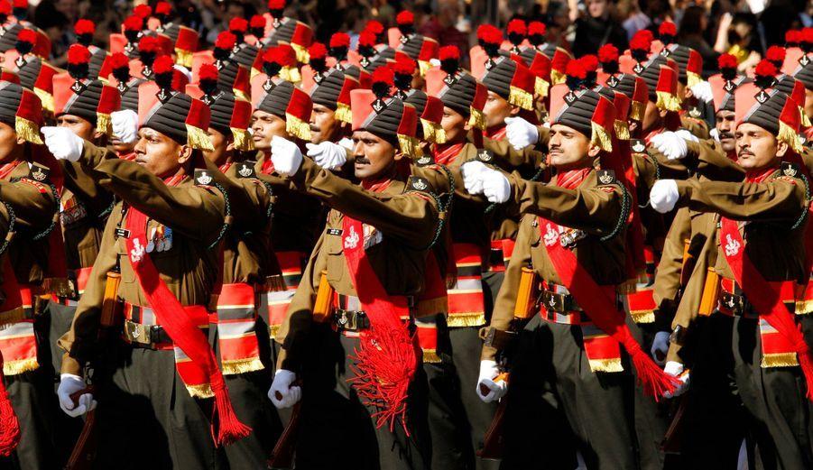 L'un des plus anciens régiments d'infanterie indien, celui de Maratha, défile sur l'avenue des Champs-Elysées.