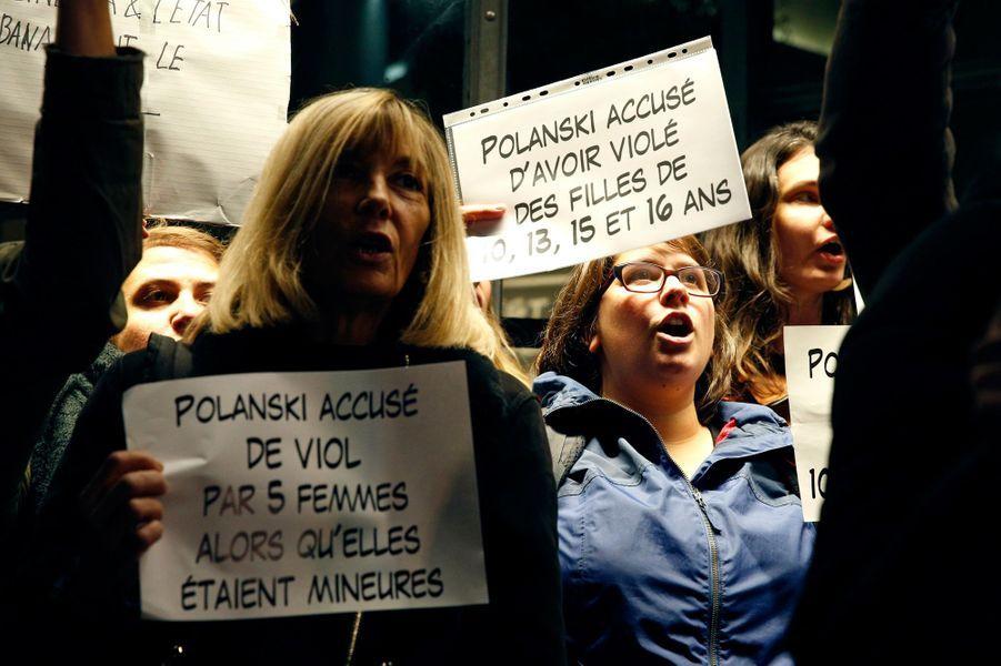 Quelques dizaines de personnes ont protesté lundi soirdevant la Cinémathèque à Pariscontre la rétrospective consacrée à Roman Polanski.