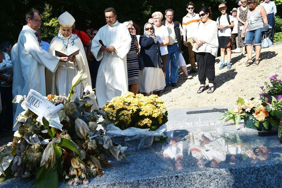 L'archevêque Dominique Lebrun et les fidèles ont prié sur la tombe du père Jacques Hamel à Bonsecours