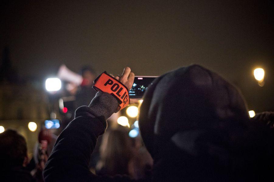 Devant le Louvre, les policiers crient leur colère