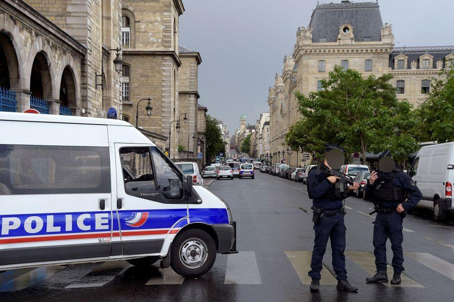 Un homme a agressé un policier avec un marteau mardi sur le parvis de Notre-Dame, à Paris
