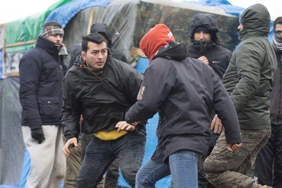 A Calais, bagarre au couteau entre deux migrants
