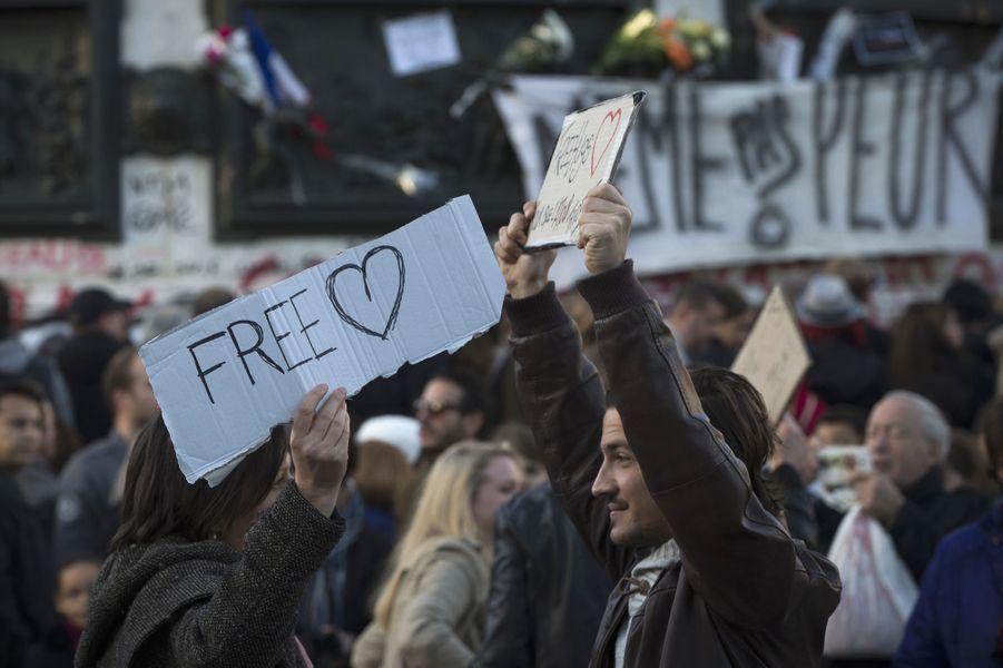 """A République, les Parisiens n'ont """"même pas peur"""" après les attentats"""
