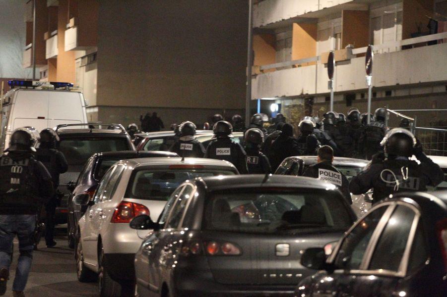 """Les officiers du Raid ont quadrillé le quartier de la Croix-Rouge, à Reims, dans le cadre de l'enquête sur l'attentat contre """"Charlie Hebdo"""""""