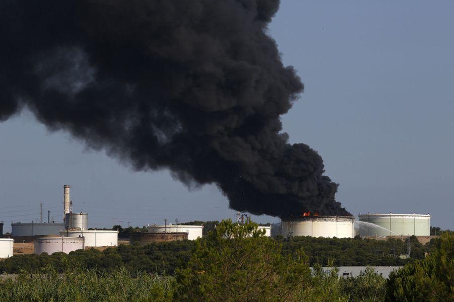 """La thèse d'un """"acte malveillant"""" privilégiée après les explosions sur un site pétrochimique des Bouches-du-Rhône"""