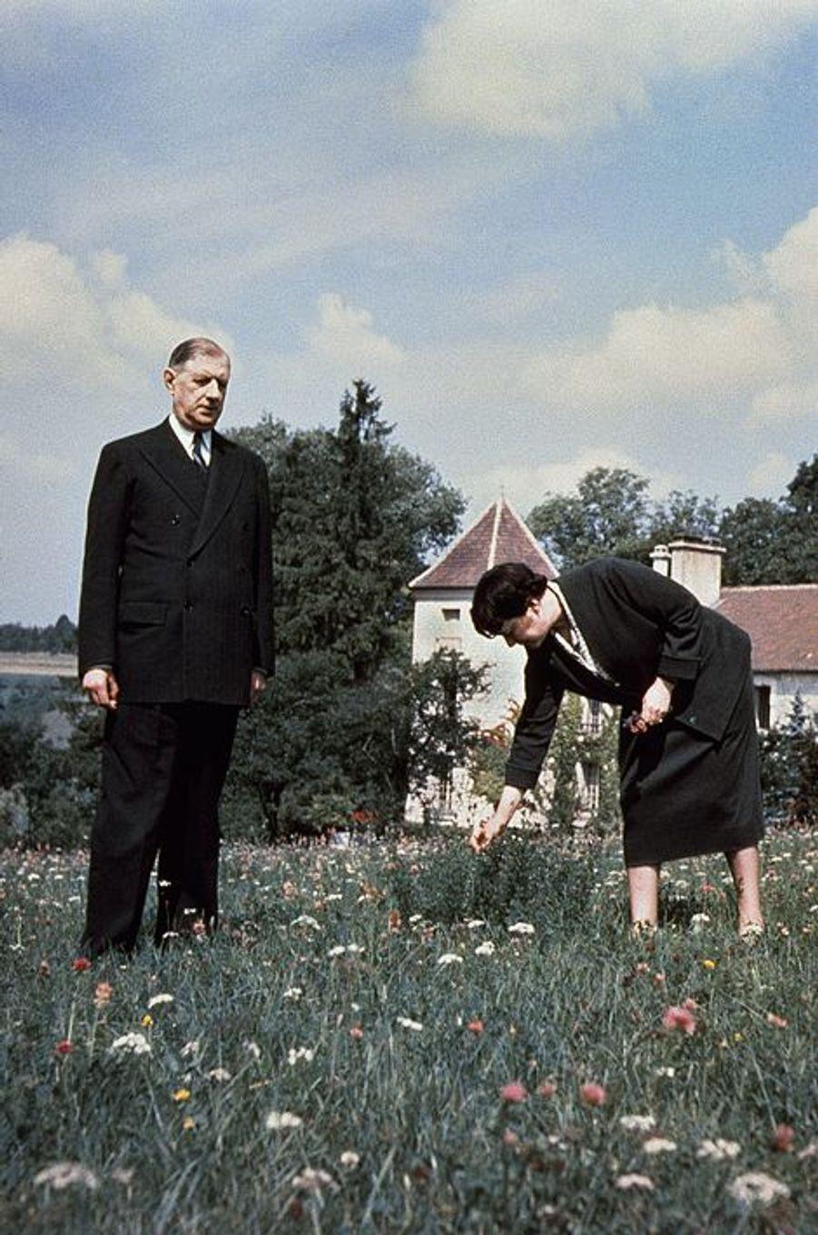 Le Général Charles de Gaulle dans son jardin avec Yvonne