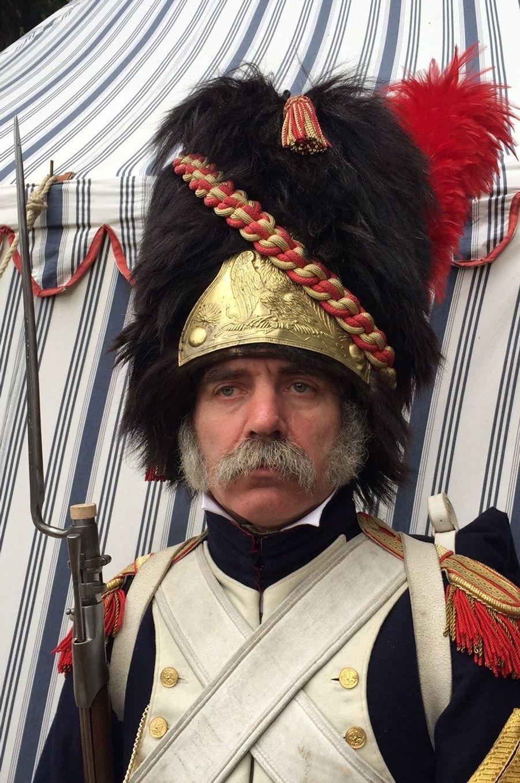 Un soldat Francais de la vieille garde devant la tente impériale.