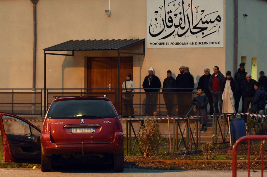 Devant la mosquée de Valence, un homme fonce sur un militaire